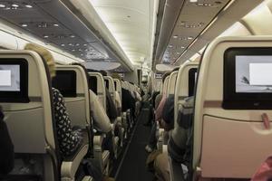 seduto sull'aereo. vista nel corridoio. foto