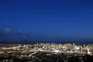 waikiki vista notturna honolulu, hawaii foto