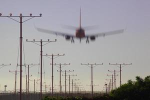atterraggio aereo all'aeroporto internazionale di los angeles foto