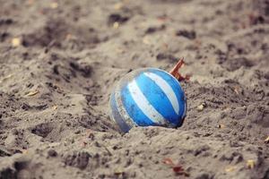 palla di plastica sulla spiaggia foto