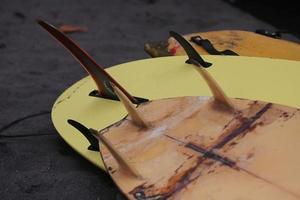 primo piano tavola da surf posizionata sulla spiaggia foto