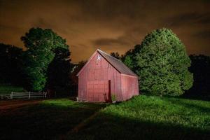 fienile dipinto di luce di notte nel vermont foto