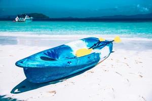 barca in kayak sulla spiaggia dell'isola di nyaungoopee foto