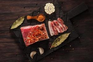 pancetta essiccata salata con spezie e alloro e aglio foto