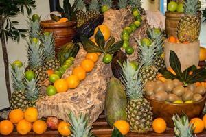 papaya e altri frutti in un mercato foto