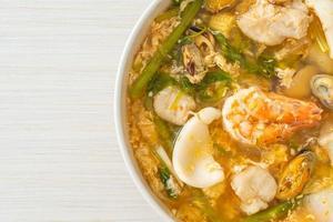 zuppa sukiyaki con ciotola di frutti di mare foto