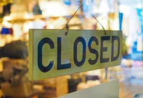 cartello negozio chiuso foto