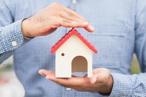 mano che tiene casa mockup. assicurazione prestito immobiliare foto