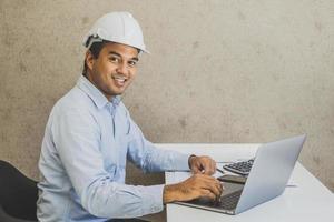 progetto di pianificazione di lavoro di ingegnere civile asiatico con laptop. foto