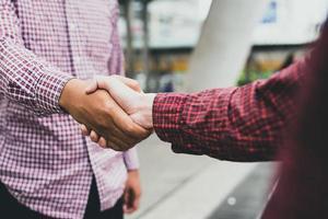 due persone che si stringono la mano foto
