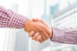 ingegnere civile che stringe la mano a un uomo d'affari foto