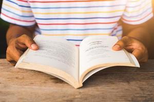 primo piano uomo che legge un libro. foto