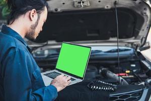 l'ingegnere meccanico sta diagnosticando il motore dell'auto e la regolazione elettrica foto