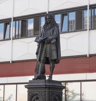 il monumento leibniz al filosofo tedesco gottfried wilhelm leibniz a leipzig, germania foto