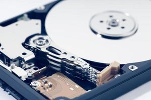 primo piano del disco rigido aperto hdd. archiviazione dati hardware del computer foto