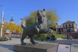scultura babr simbolo della regione di irkutsk nel centro della città, russia foto