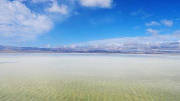 maestoso bellissimo paesaggio del lago salato caka nel qinghai cina foto