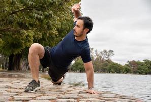 l'uomo si allena con l'allenamento del flusso animale per elevare il suo allenamento con il peso corporeo foto