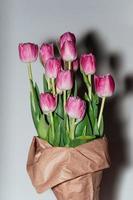 grandi fiori di tulipano rosa in confezione artigianale foto