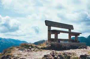 panchina in cima alla montagna foto