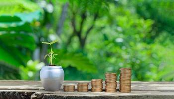 concetto di monete impilate investire stock risparmiare denaro foto