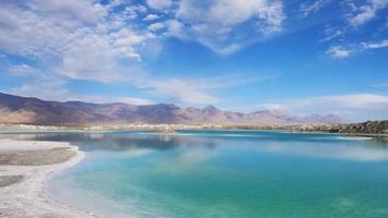 bellissima vista del paesaggio naturale del lago salato color smeraldo nel qinghai cina foto