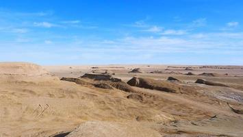 vista del paesaggio del cielo azzurro soleggiato e del deserto nella Cina del qinghai foto