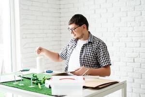 giovane uomo che fa un progetto di energia rinnovabile fittizio foto