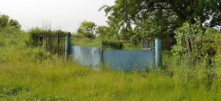 bellissimo vecchio cancello dalla casa abbandonata nel villaggio? foto