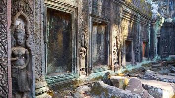 scultura in pietra al tempio di ta prohm, siem reap cambogia. foto