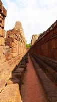 Muro di roccia in pietra all'antica rovina khmer buddista di pre rup, siem reap foto