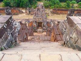 scala di pietra all'antica rovina khmer buddista di pre rup, siem reap foto