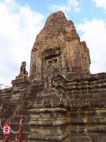 Roccia in pietra torre presso antiche rovine khmer buddisti di pre rup, siem reap foto
