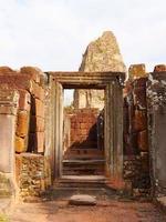telaio della porta in pietra alla rovina khmer buddista di pre rup, siem reap foto