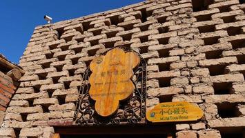 Casa tradizionale dell'uva essiccata all'aria nel museo del pozzo di Turpan Karez in Cina foto
