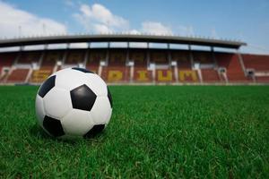 pallone da calcio in erba con sfondo stadio foto