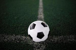 pallone da calcio sulla linea bianca allo stadio foto