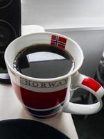 tazza di caffè nero con bandiera norvegese. foto