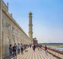 Uttar Pradesh, india 2018- panorama del taj mahal ad agra india con incredibili giardini simmetrici foto