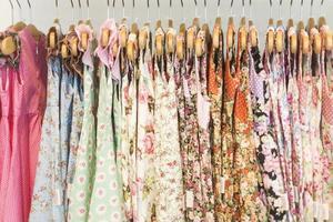 motivi floreali giovane ragazza abiti in negozio foto