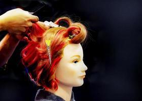tinture per capelli, acconciature su finta testa di parrucchiere foto