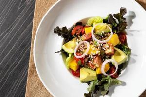 insalata fresca mista di avocado, insalata salutare, insalata con avocado a fette foto
