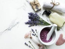composizione piatta con fiori di lavanda e cosmetici naturali foto