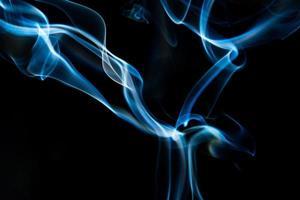 fumo blu su sfondo nero, astratto di fumo foto
