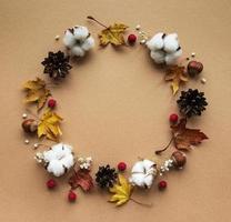 decorazione autunnale con fiori di cotone e foglie secche foto