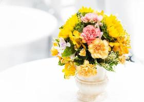 bellissimo mazzo di fiori colorati, composizione floreale foto