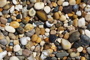 ciottoli bagnati dal mare foto