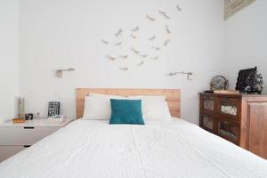 bellissimo dormitorio in bianco. stile nordico. Madrid. foto