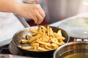 cucinare preparando deliziose patatine fritte foto