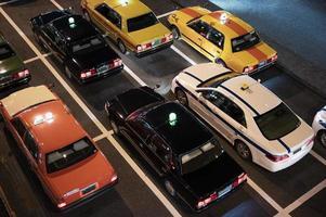 persone che guidano auto per strada della città foto